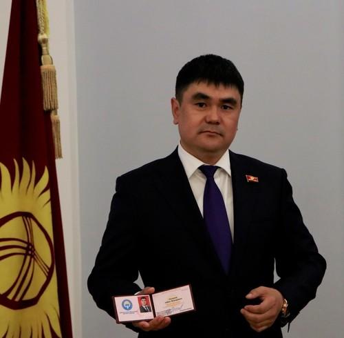 Айбек Осмонов Жогорку Кеңеште  ант берип, депутаттык кызматка киришти