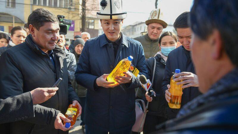 Улукбек Марипов Бишкекте өтүп жаткан айыл чарба жарманкесиндеги баалар менен таанышты
