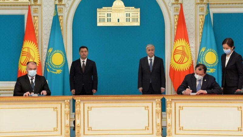 Президент Садыр Жапаров Казакстанга болгон мамлекеттик иш сапарынын алкагында бир катар документтерге кол коюлду