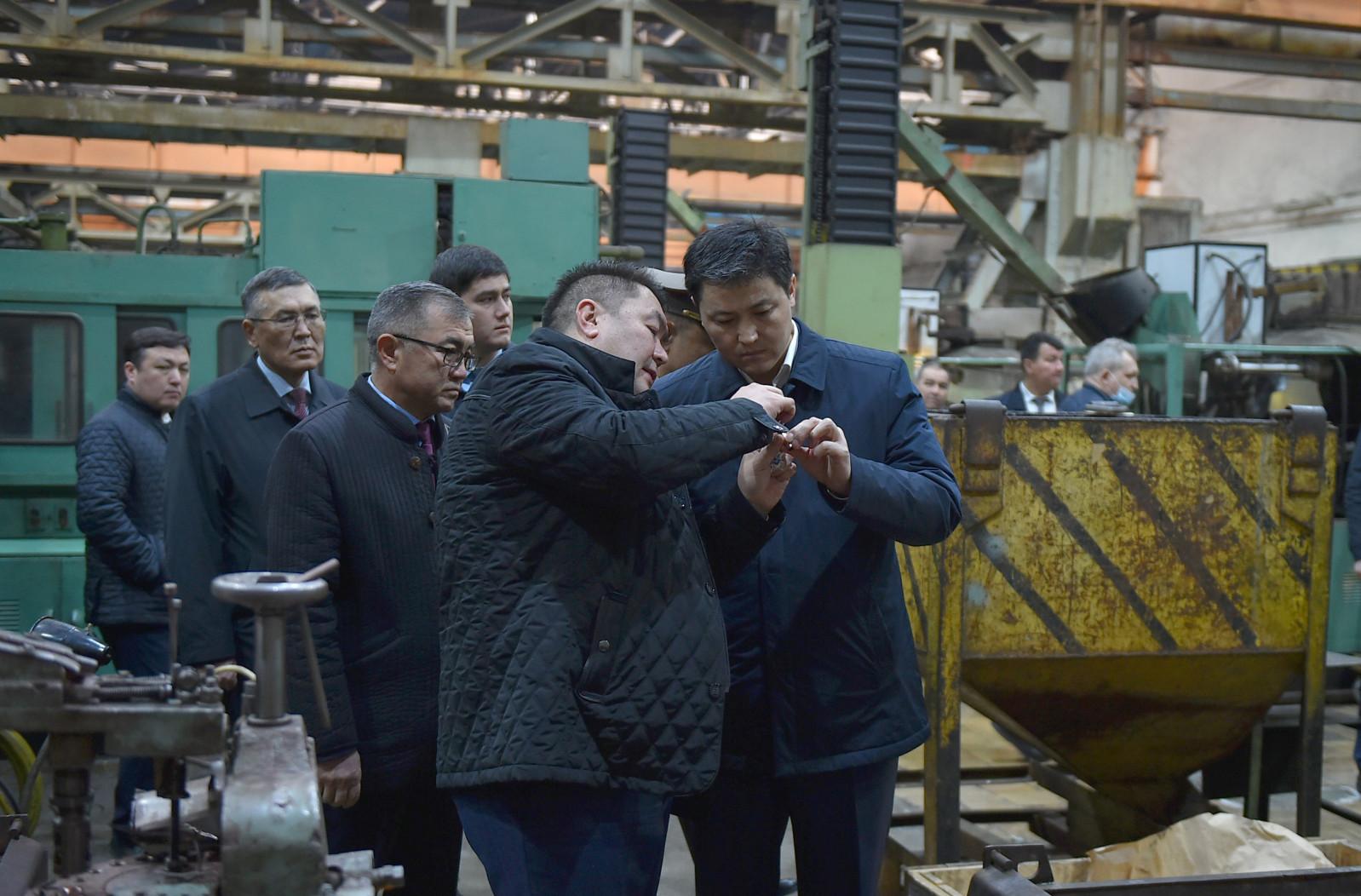 Улукбек Марипов «Бишкек штамптоо заводунун» ишмердүүлүгү менен таанышып чыкты