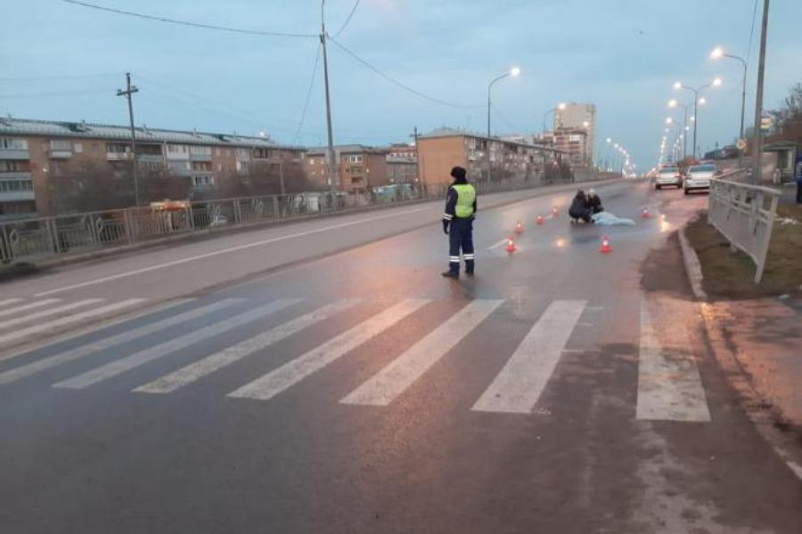 Полиция кызматкери кызматтык унаа менен окуучуну сүзүп кетти