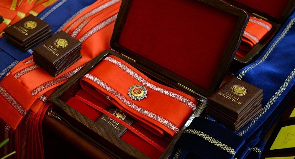 Президент ишмердүүлүгү менен өзгөчөлөнгөн өлкө жарандарына мамлекеттик сыйлыктарды тапшырды