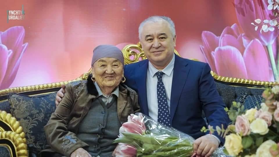 Өмүрбек Текебаевдин апасы оорудан улам каза болду