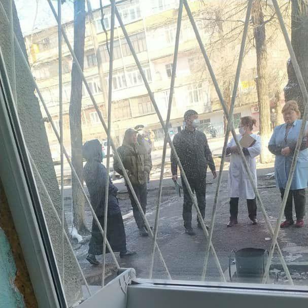 Бишкекте 6 жаштагы бала көп кабаттуу үйдүн терезесинен кулап, аман калды
