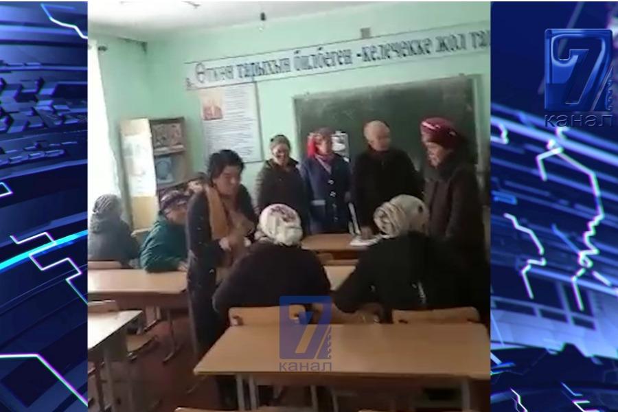 Мектептеги фонддун айынан директор менен ата-энелердин чыры (ВИДЕО)