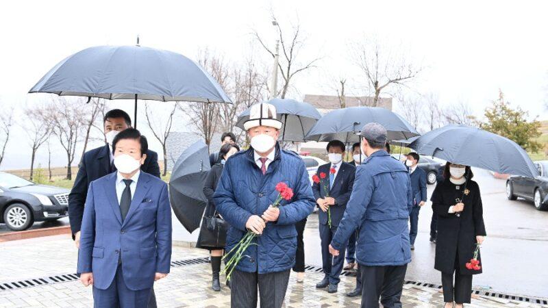 Корея төрагасы Пак Бён Сок «Ата-Бейит» мемориалдык комплексине барды