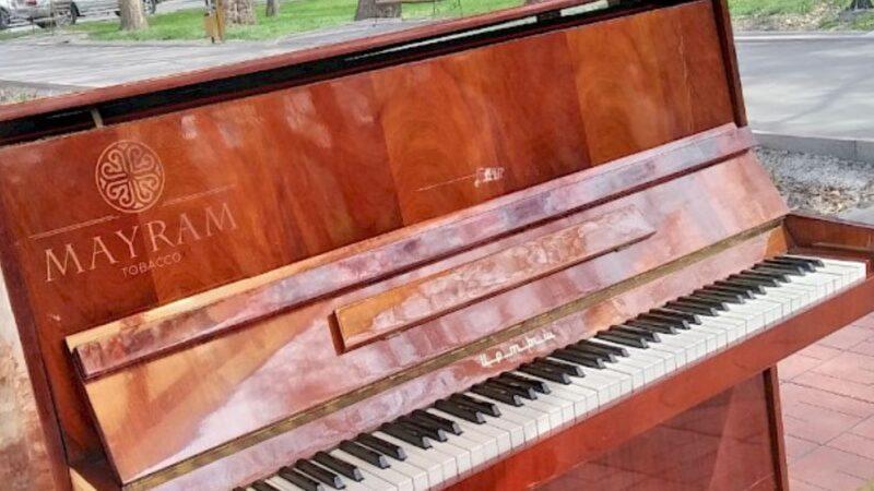 Бишкектеги «Театралдык» гүл бакчасына кайрадан пианино орнотулду