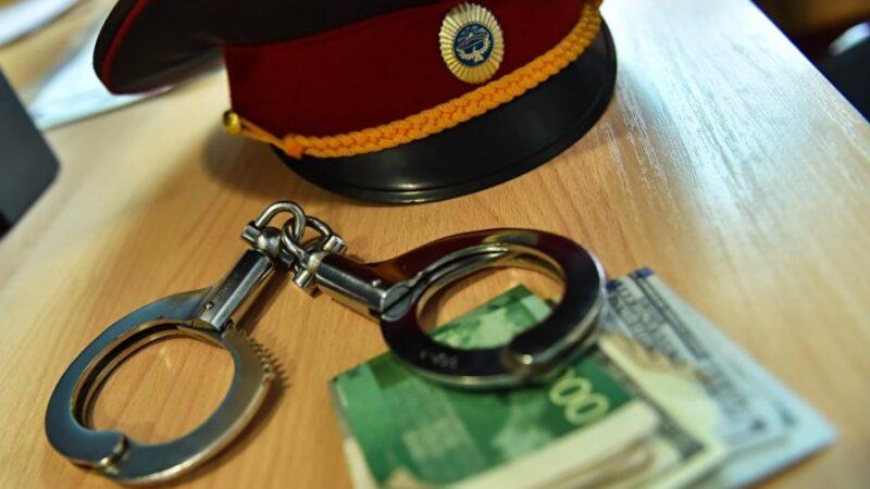 Бишкекте ишти жабуу үчүн 1500 доллар пара алган тергөөчү кармалды