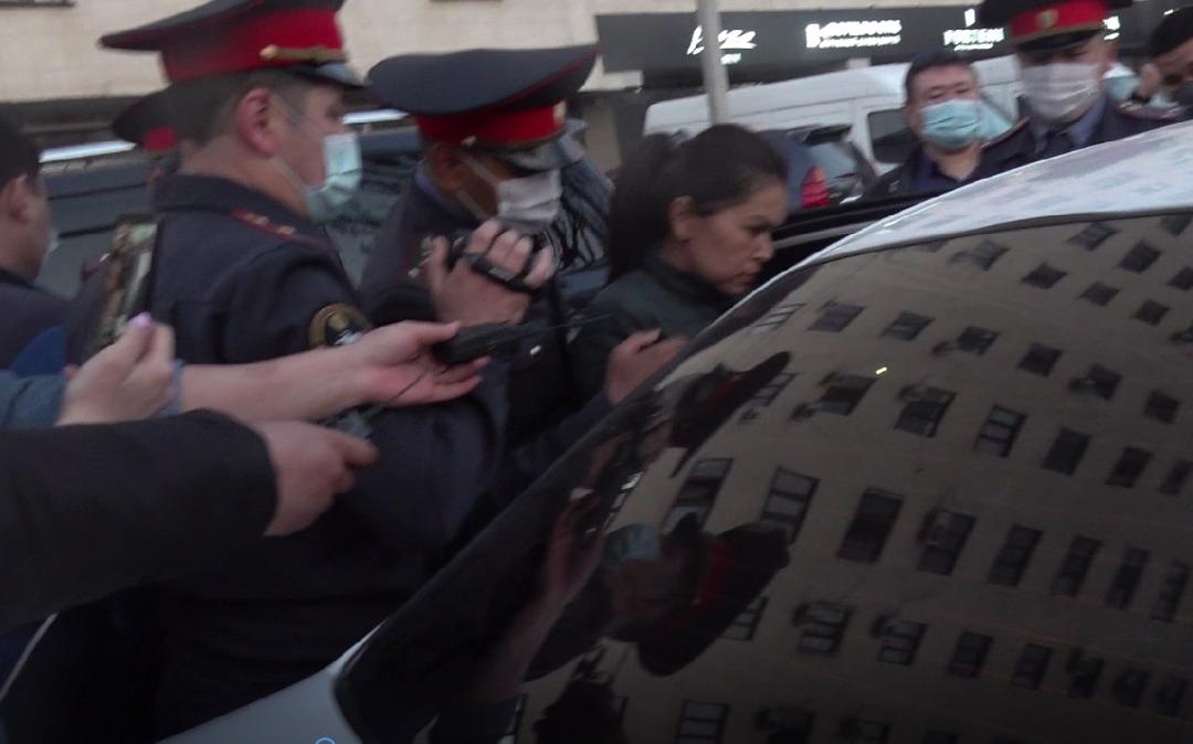 «НДПК» партиясынын тарапташтары акча таратып жаткан жеринен кармалды (видео)