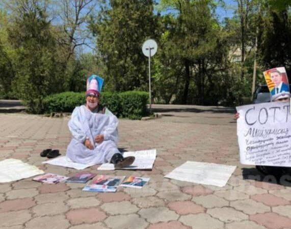 Президент менен Новиковдун сүрөтүн башына байлап 2 аял митингке чыкты