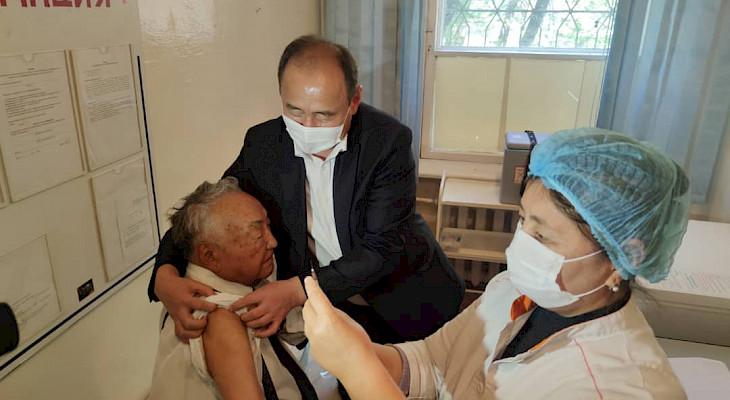 Хирург Мамбет Мамакеев Sputnik V вакцинасы менен эмделди