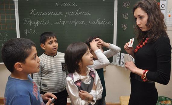 Путин мигранттардын балдарын мектепке алууда пайыздык чектөө киргизүүнү тапшырды
