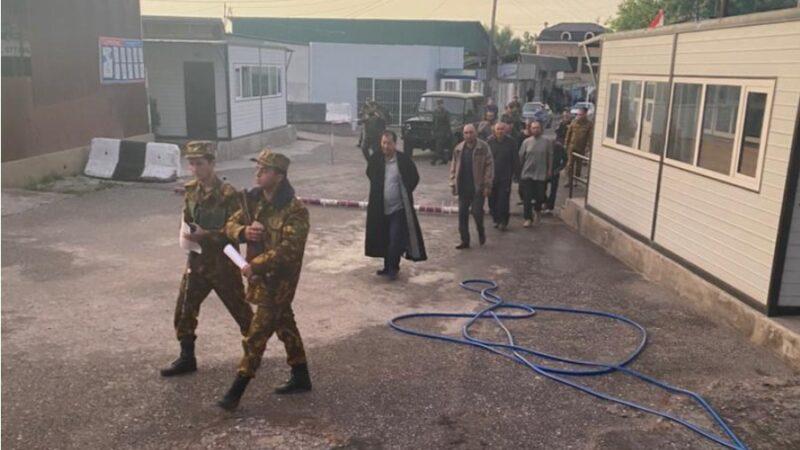 Баткен: Тажикстанда барымтада турган 10 кыргызстандык бошотулду