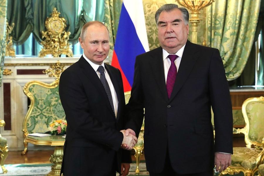 Тынчсызданган Эмомалини Путин Тажикстандагы аскер базасы менен сооротту
