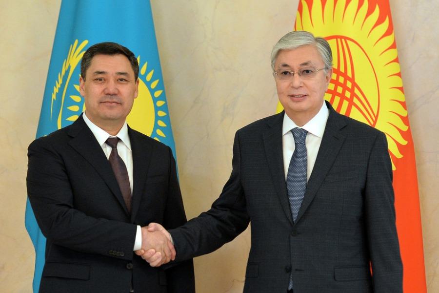 Кыргызстан менен Казакстандын башчылары өзгөлөрдөн өзгөчө жандуу куттукташты
