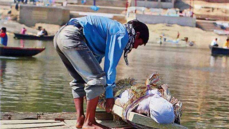 Индияда бир күндө 100 миңдеген адам өлүп, сөөктөрү дарыяга ыргытылууда