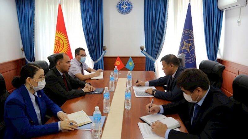 Кыргызстан менен Казакстандын ортосундагы кызматташтыкты чыңдоо талкууланды