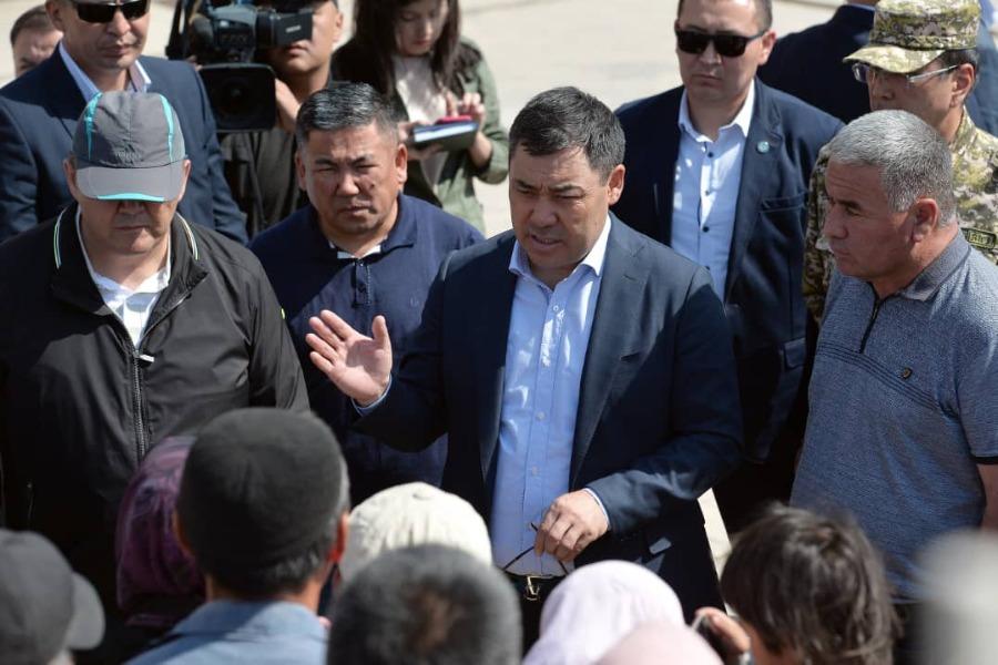 Президент кыргыз-тажик чек ара чырында талкаланган Максат айылына барды
