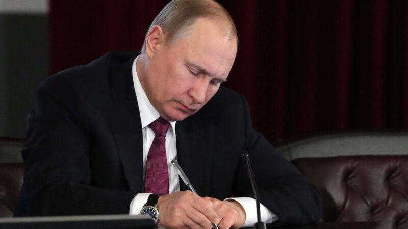 Путин Россияны «Ачык асман» долбоорунан чыгарган мыйзамга кол койду