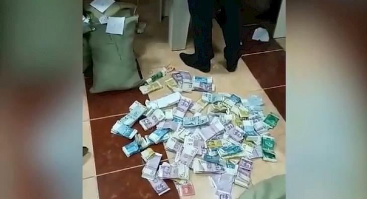 Таласта милиция жеке фонддун акчаларын чачып, текшерүүгө алды