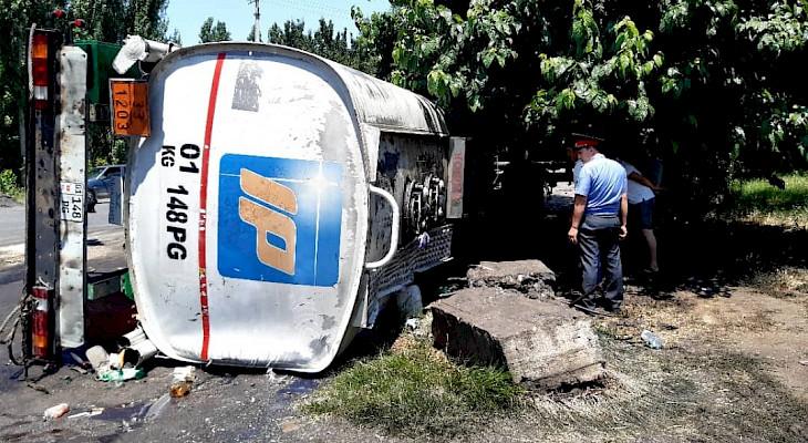 Ош-Бишкек жолунда жол кырсыгы катталып, май куюучу унаа оодарылып кетти