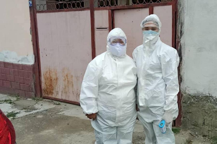 COVID-19. Жалал-Абадда дарыгерлер үй шартында дарыланып жаткан бейтаптарды кыдырды