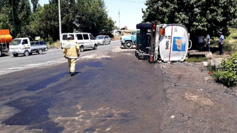 497-чакырымында май ташуучу унаа Ош-Бишкек жолунда оодарылып кетти