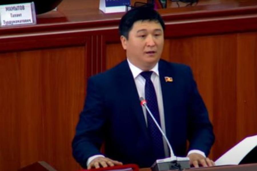 Жогорку Кеңеште жаңы депутат Чыңгыз Макешов ант берди