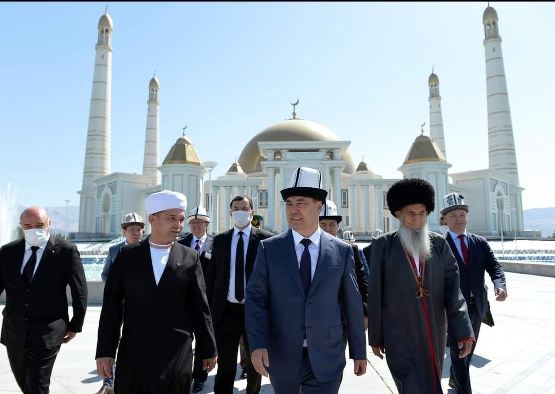 Президент иш сапарын Түркмөн башынын рухий мечитине зыярат кылуу менен баштады