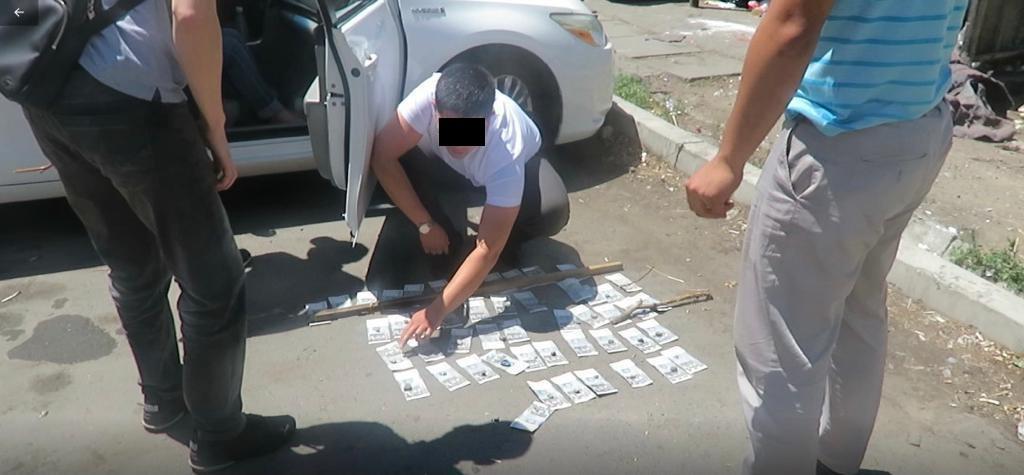Бишкек мэриясынын бухгалтери УКМКнын кызматкерине пара берип кармалды