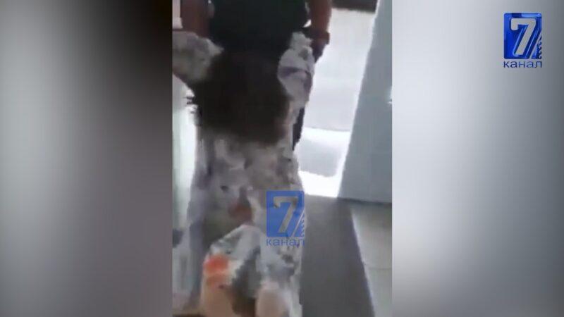 Москвада полиция кызматкери беткап тагынбаган аялга күч колдонуп, сүйрөп кетти
