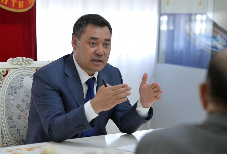 Мамлекеттик иш кагаздар кыргыз тилинде болушу керек. Президент текшерүүнү күчөтүш керек деди
