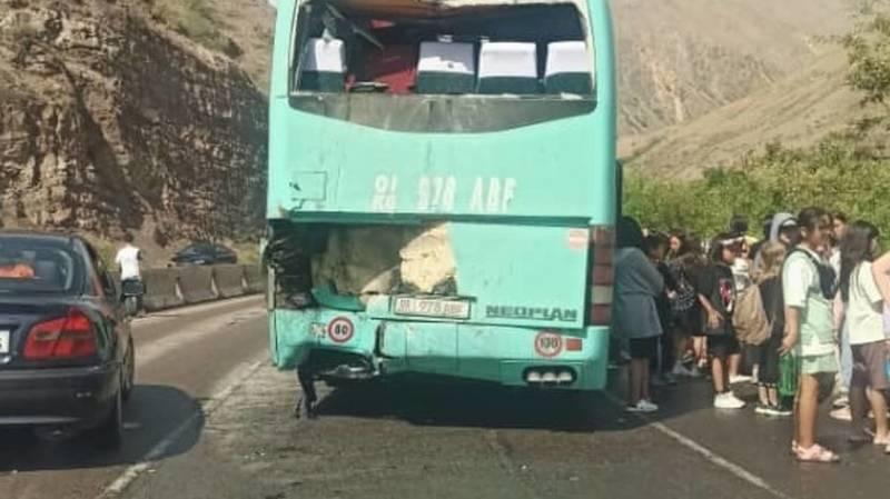 Боом капчыгайында балдарды алып бараткан автобус жол кырсыгына кабылды