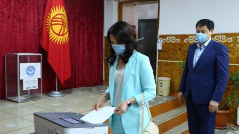 Марипов жубайы менен барып Бишкек шаардык кеңешине талапкерлерге добуш берди