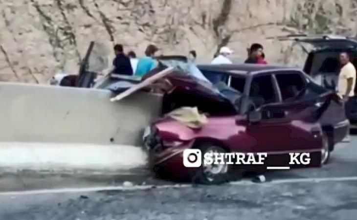 Видео: Боом капчыгайындагы жол кырсыганан 5 адам ооруканага түштү