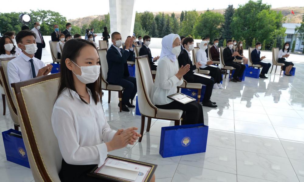 Президент ЖРТда эң жогорку балл топтогон бүтүрүүчүлөргө «Алтын сертификат» тапшырат