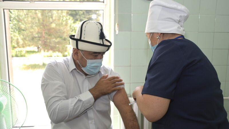 Муфтий менен дин аалымдары коронавируска каршы вакцина алышты