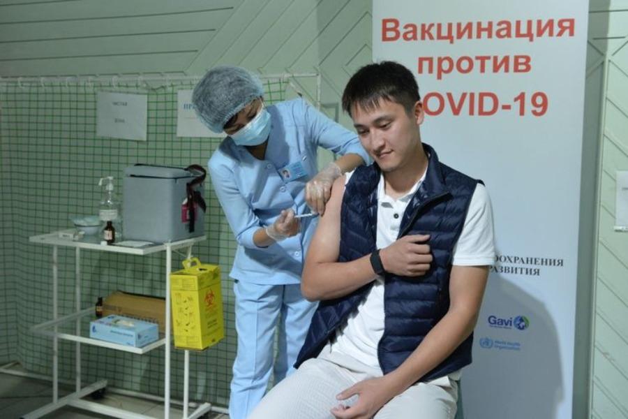 Президенттин уулу Рустам Жапаров COVID-19га каршы вакцинациядан өттү