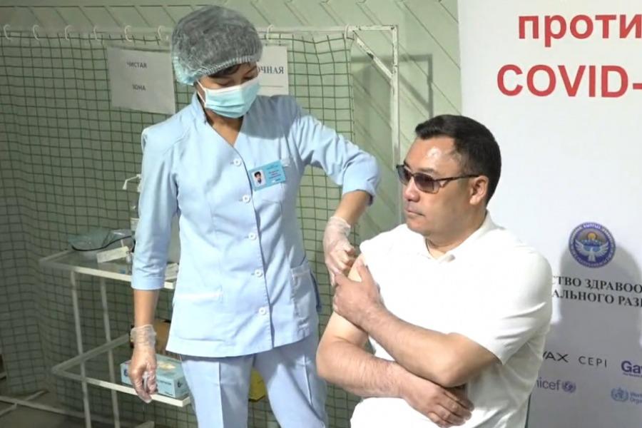 COVID-19. Садыр Жапаров коронавируска каршы эмдөөдөн өттү