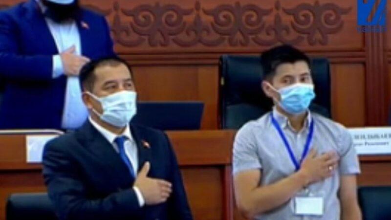 Мыйзамсыз баюга шектелген депутат Абжалиев кезексиз жыйынга келди