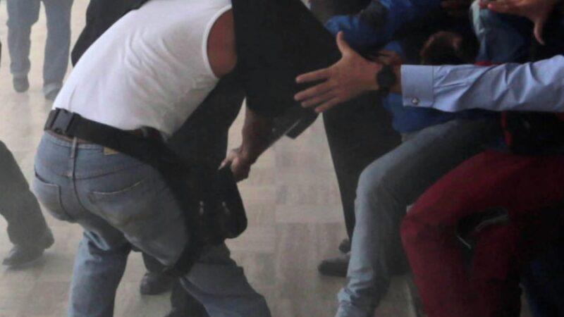 Парламенттин кезексиз жыйынында депутаттар мушташып кетишти