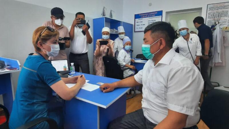 Баткен облусунун башчысы Алимбаев жетекчилерди баштап барып вакцина алды