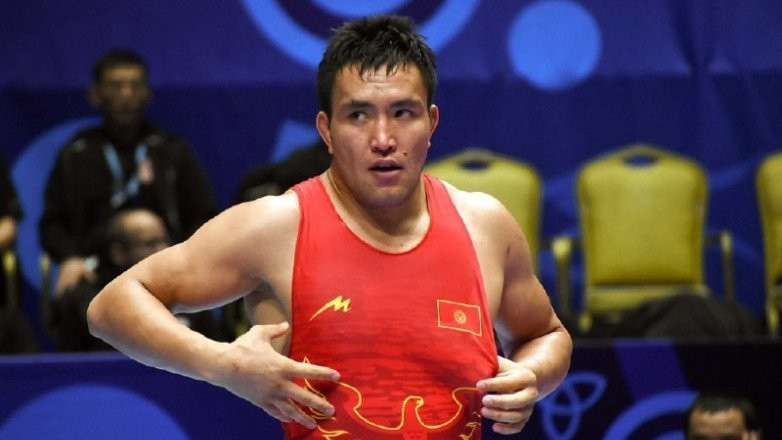 Атабек Азизбеков коло медаль үчүн күрөшөт