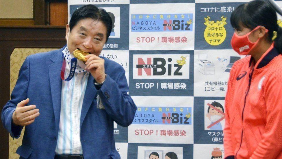 Токио: Мэр тиштеген алтын медаль алмаштырылып берилет