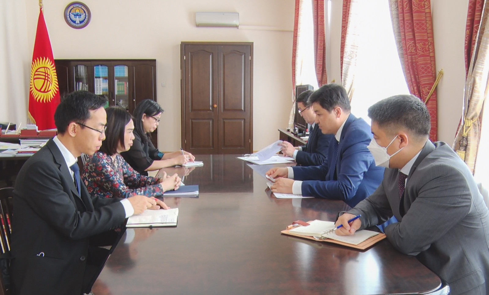 Марипов Кыргызстандагы Вьетнам Республикасынын Элчиси Нгуен Тхи Хонг Оаньды кабыл алды