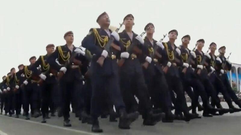 Аянтта кыргыз элинин коргоочуларынын туусу көтөрүлүп, парад башталды
