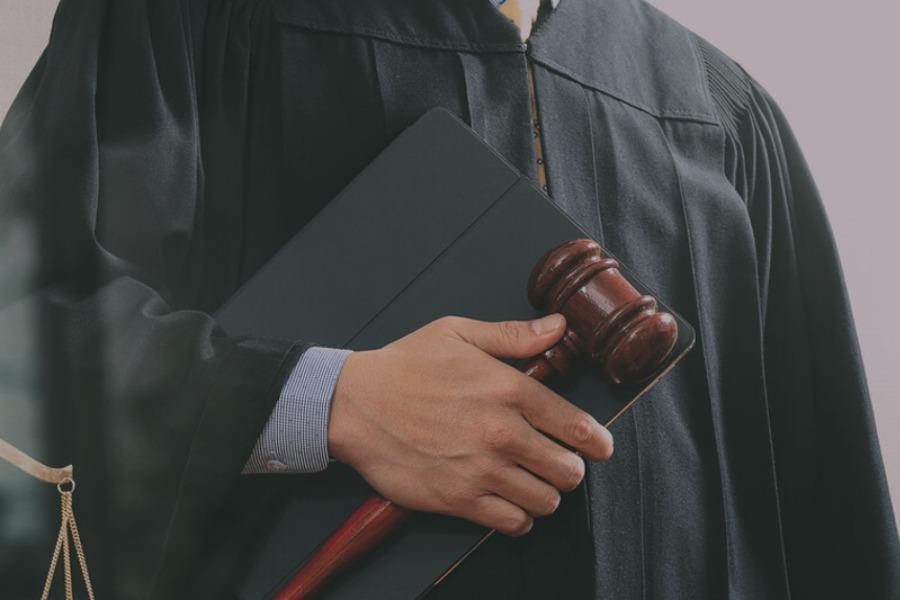 Садыр Жапаров айрым сот, судьялардын ыйгарым укуктарын токтотту