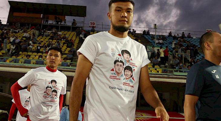 Футболчулар балбандардын сүрөтү тартылган футболкалар менен чыгышты
