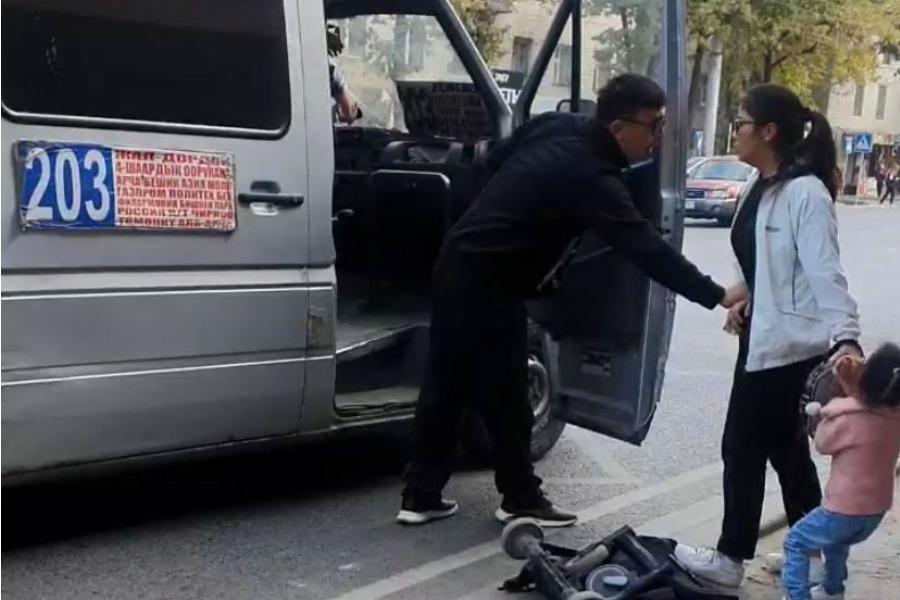 Видео: Айдоочу эне-баланы ыйлатып, маршруткага түшүрбөй түрткүлөп салды