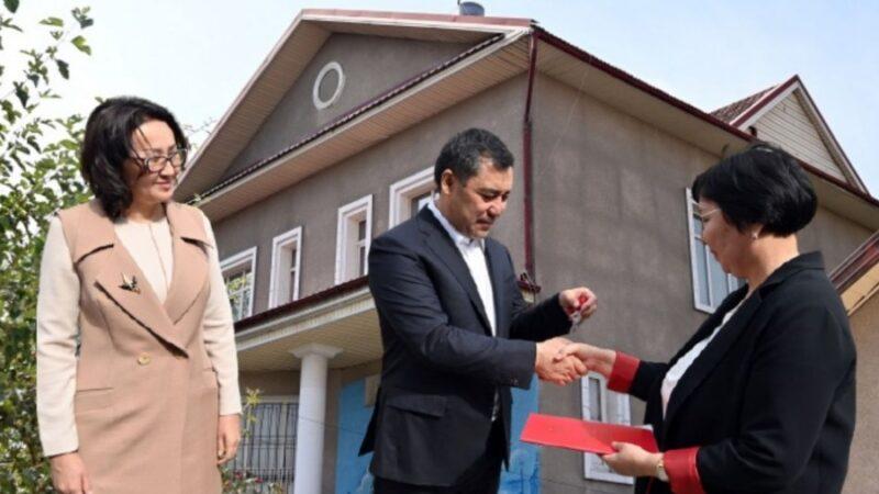 Жапаров Бишкектеги үйүн кайтарымсыз негизде Мамипотекага өткөрүп берди
